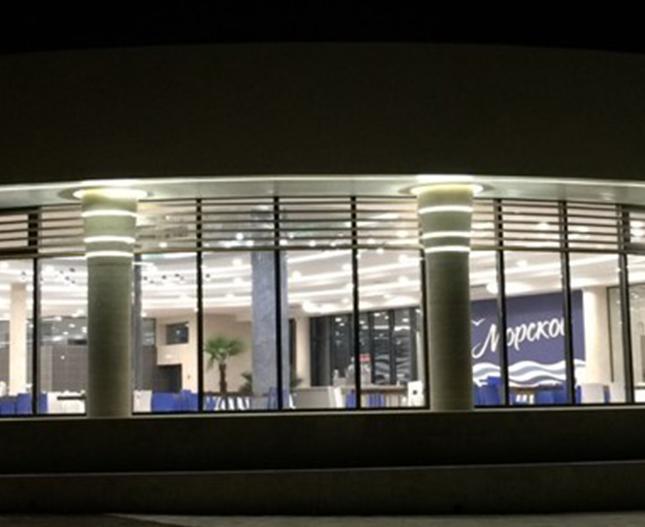МДЦ АРТЕК, пгт. Гурзуф. Часть корпусов сдана в эксплуатацию, часть в стадии реализации. Для отделки зданий использовались вентилируемые фасады из композитного материала, стоечно-ригельная система остекления, а также цельностеклянные конструкции общим объемом 28 000 м.кв.